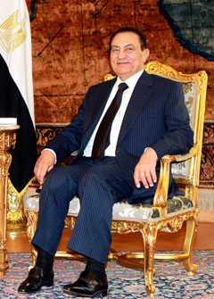 FLYDDE EFTER MILITÄRKUPP Under fredagen gav Egyptens expresident Hosni Mubarak upp efter generalernas påtryckningar och folkets protester.
