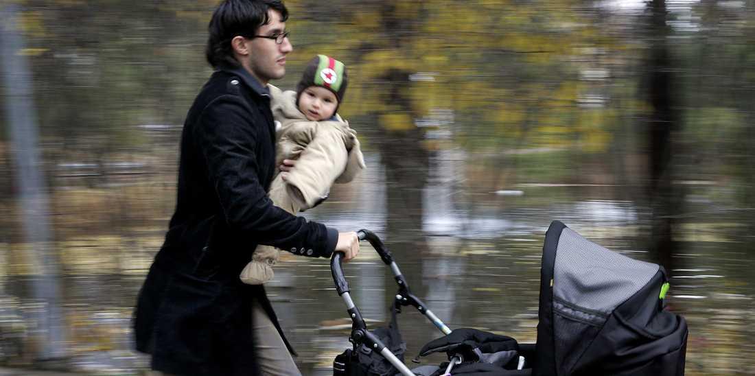 Svenska pappor tar bara ut knappt 28 procent av dagarna med föräldrapenning.