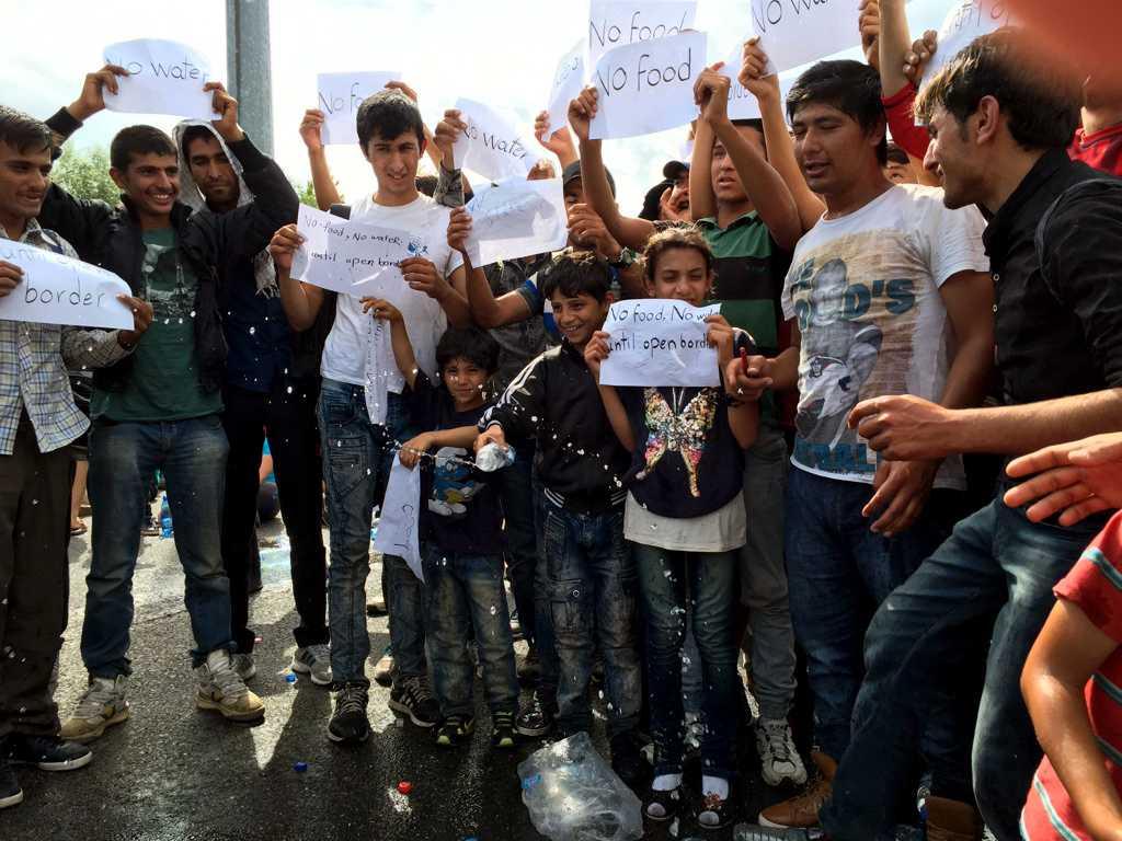 Flyktingarna har nu inlett protester mot att Ungern förseglat sin gräns mot Serbien.