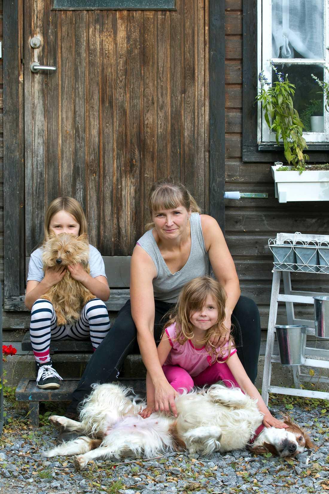 Emma Höglund räddar övergivna djur. Här är hon med döttrarna Astrid, Elsa och hundarna Siri och Holly.