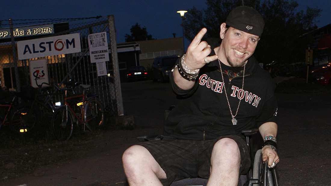 När Martin drabbats av diskbråck 2010 uppträdde han i rullstol.