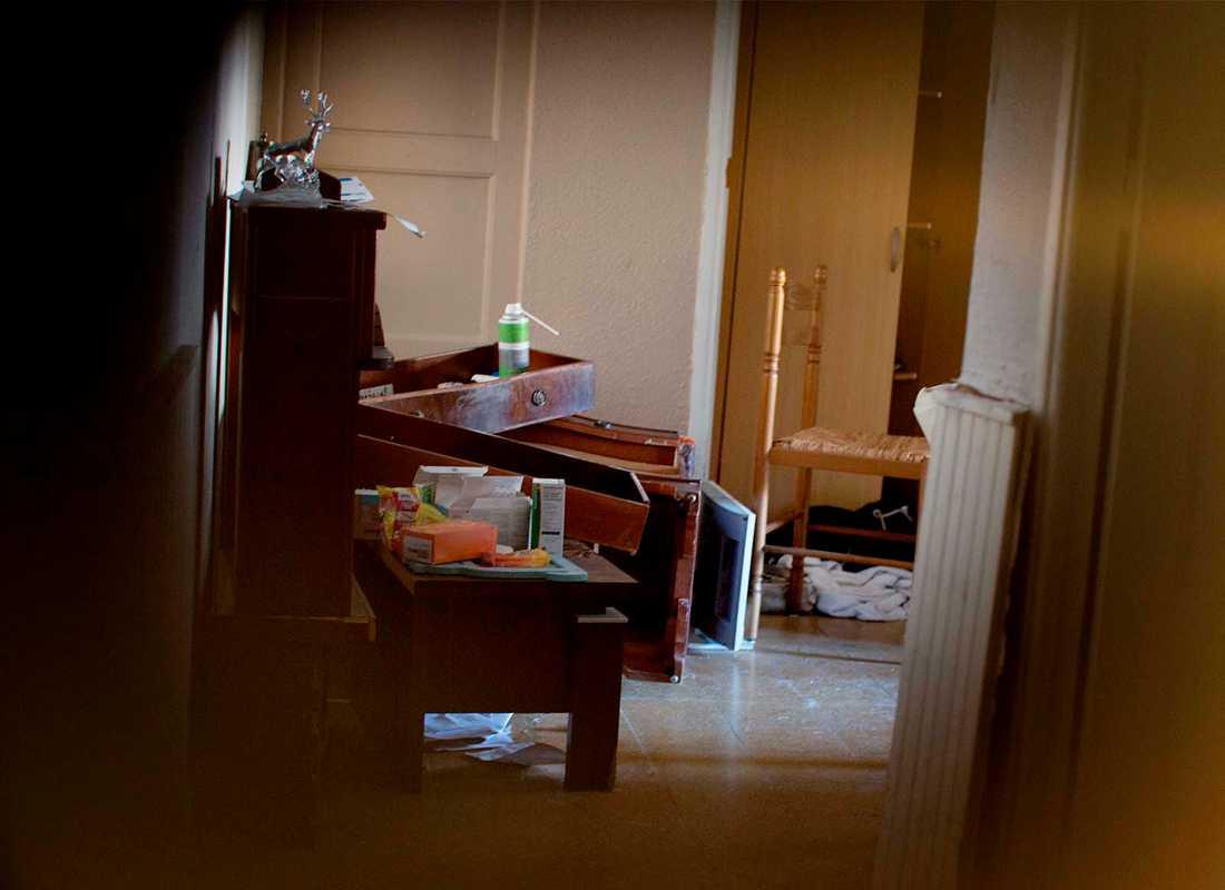 En lägenhet som den franska polisen undersökt. Här ska misstänkte terroristen ha bott efter att han separerat från sin fru.