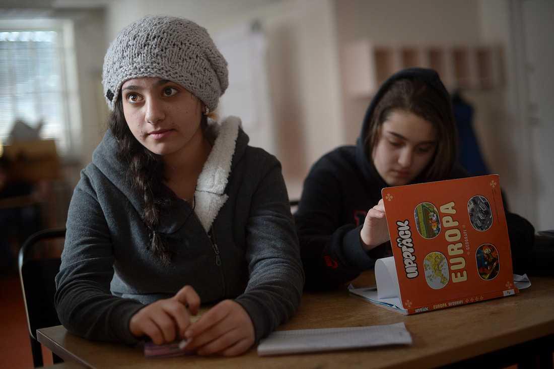 """Rita Nassar, 15, vill bli läkare i framtiden. """"Matematiken i Syrien var mycket, mycket svår, vi hade mycket läxor. Men man lär sig lika mycket här i Sverige, vi har haft biologi, fysik, kemi och allt som vi hade i Syrien""""."""