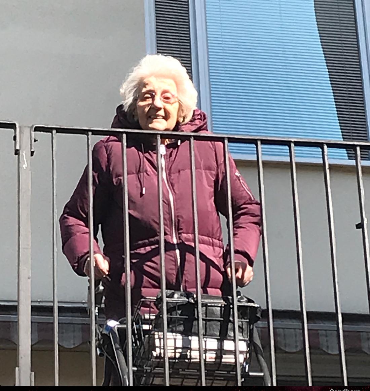 Els-Marie avled på äldreboendet i Berga efter att ha insjuknat i covid-19. En knapp vecka innan kom hennes barn, barnbarn och barnbarnsbarn och vinkade till henne.