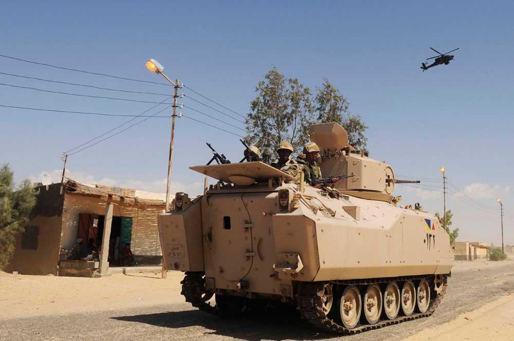 Egyptiska regeringssoldater patrullerar gatorna i Sinai