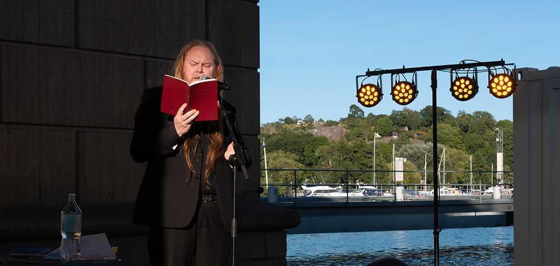"""Mattias Alkberg läste ur sin nya diktsamling """"Med rätt att dö""""."""