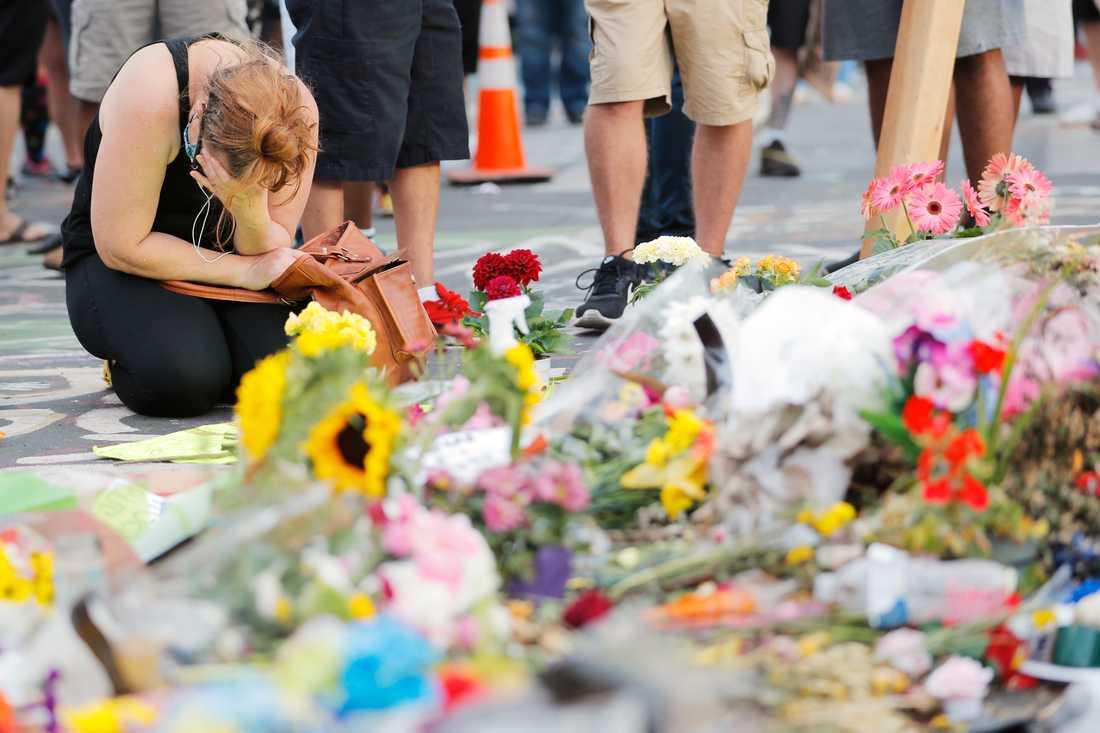 Blommor och ljus vid den plats där George Floyd dödades den 25 maj.