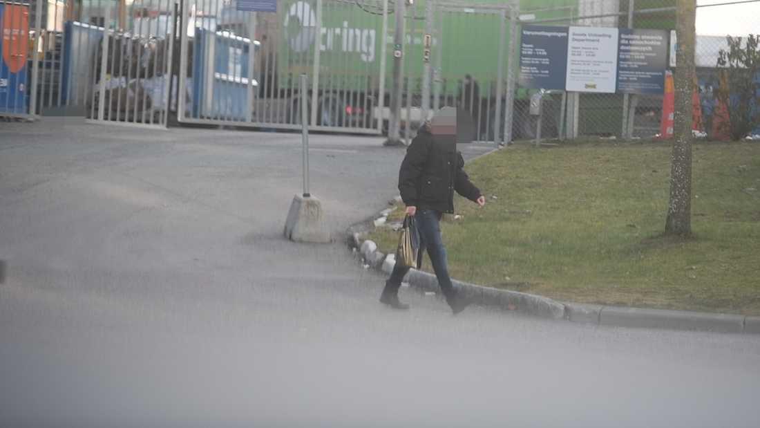 """En av personerna som köpt smuggelsprit av de så kallade """"vodkalastbilarna"""" utanför Ikea Kungens kurva."""
