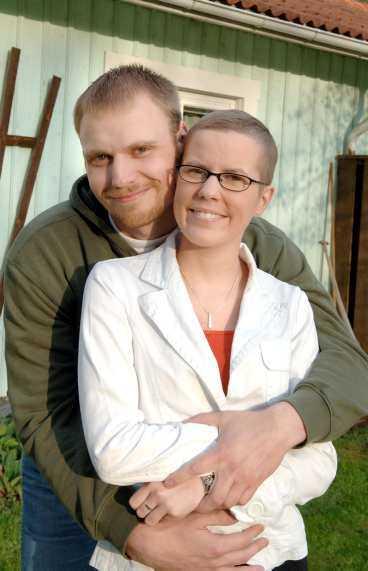 Fick bröstcancer som 20-åring Åsa Granath, här med pojkvännen Robert Hillius, var bara 20 år när hon fick bröstcancer 2004. Hon väntade två veckor på mammografi och cellprover, ytterligare en vecka på diagnos och sedan en vecka till innan hon opererades för bröstcancer.