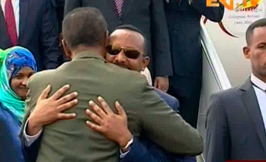 Etiopiens premiärminister Abiy Ahmed i solglasögon omfamnar Eritreas president Isaias Afwerki. Arkivbild.