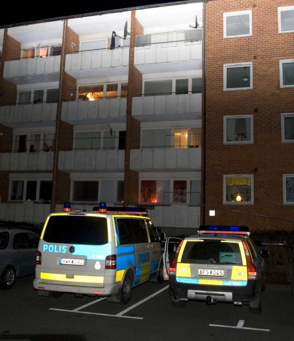 Vid 20-tiden i går kväll föll, eller knuffades, en 16-årig flicka fyra våningar ner från en balkong. När ambulans kom till platsen fann de flickan i trappan till en cykelkällare. Då var hon redan död.