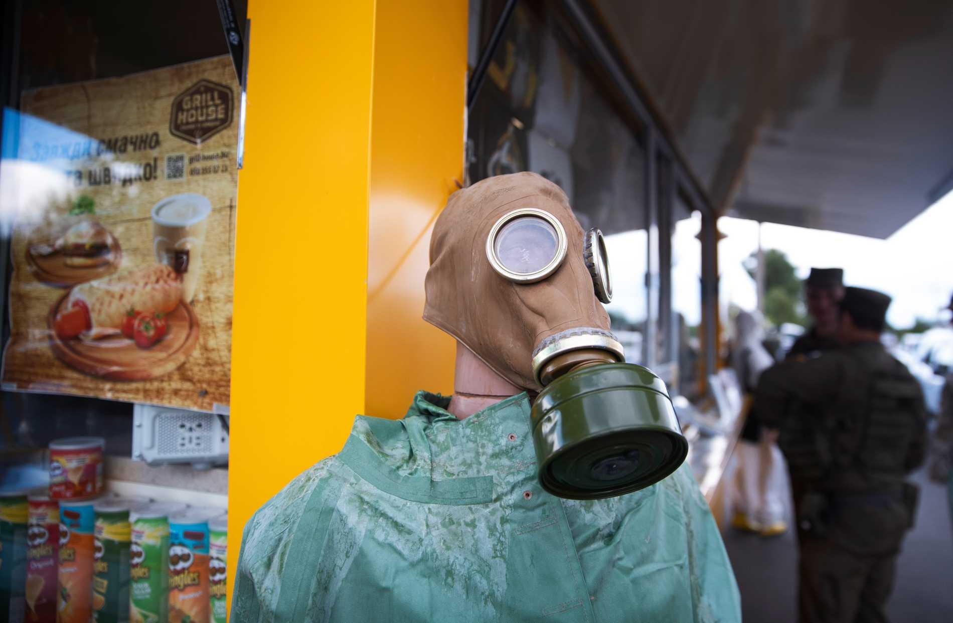 Gasmask och chips till salu vid en souvenir-butik vid Tjernobyl.