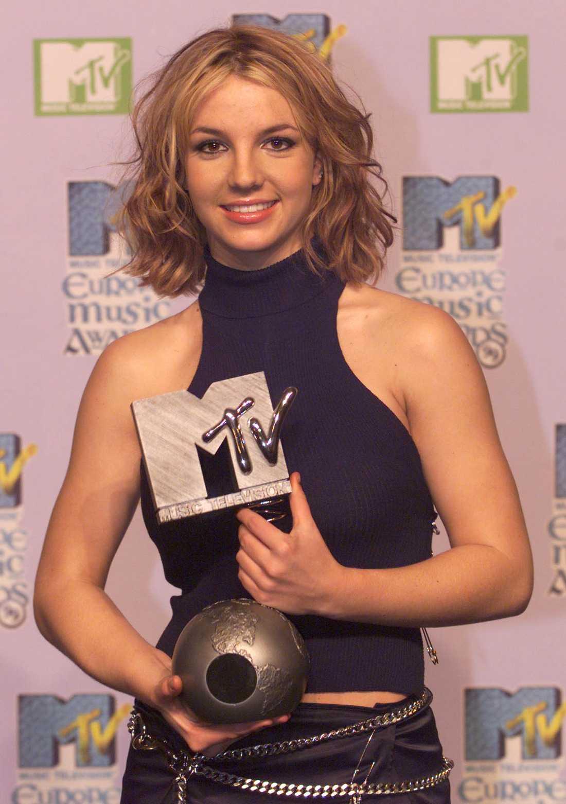 Britney Spears håller i en av hennes fyra priser på MTV Music Awards på Irland år 1999.
