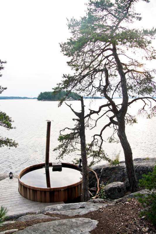 Vedeldad badtunna vid strandkanten är en av lyxdetaljerna på ön.