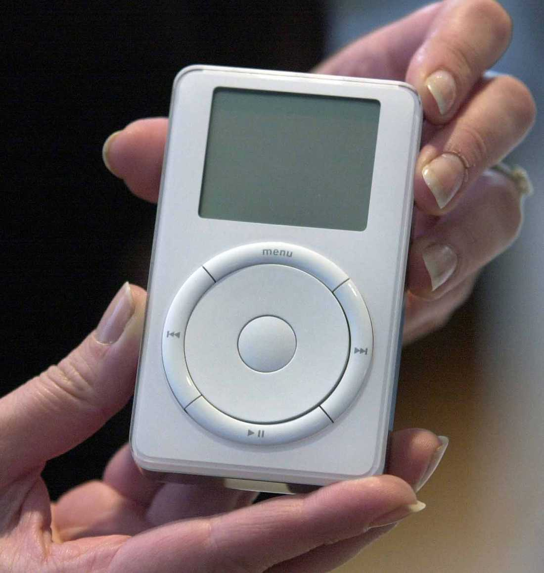 Premiär Den allra första Ipoden visas upp för pressen i oktober 2001. Musikspelaren blev startskottet för Apples makalösa framgångar de kommande åren.