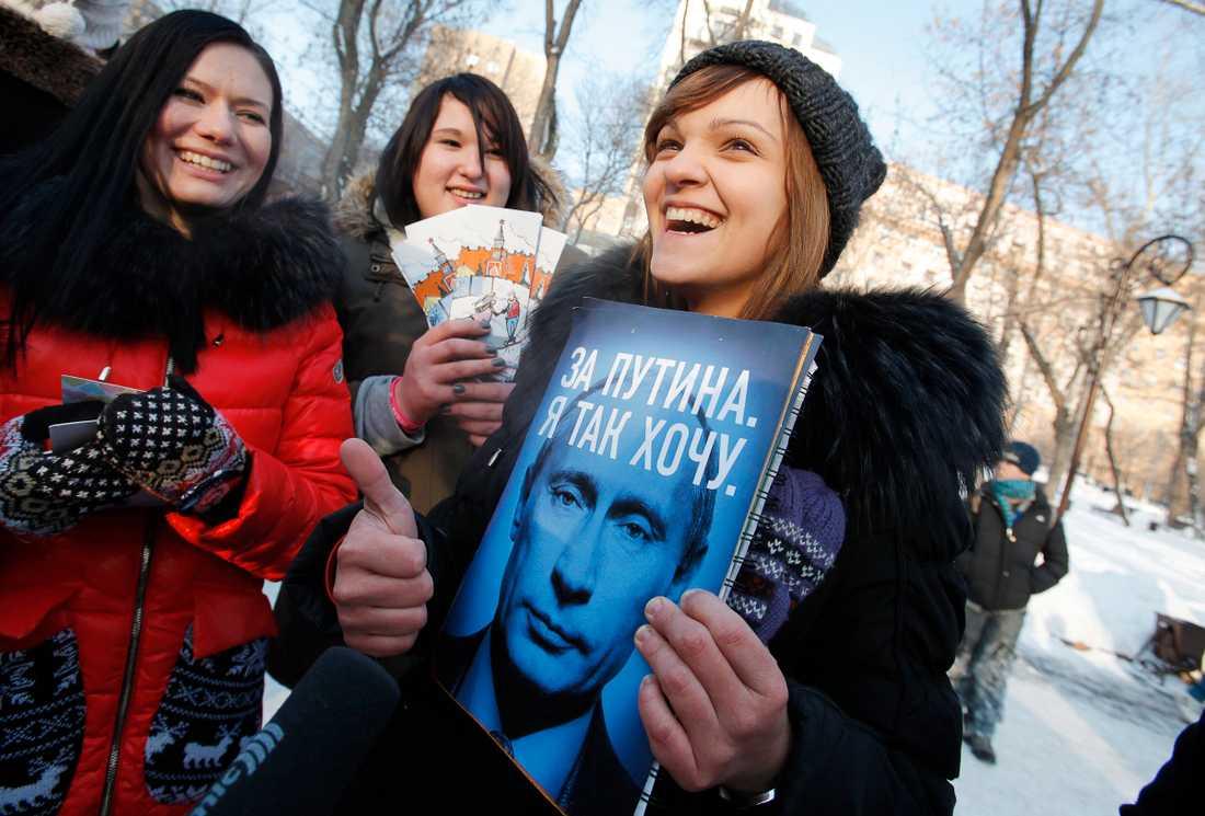 Visar stöd Anhängare till Putin visar sitt starka stöd i Moskva.