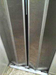 Hissen fastnade men när Eva Mårtensson skulle slå larm visade det sig att den saknade nödsignalsystem.