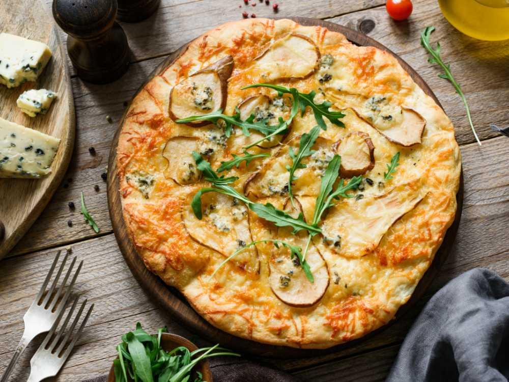 Pizza med päron, ädelost och rucola