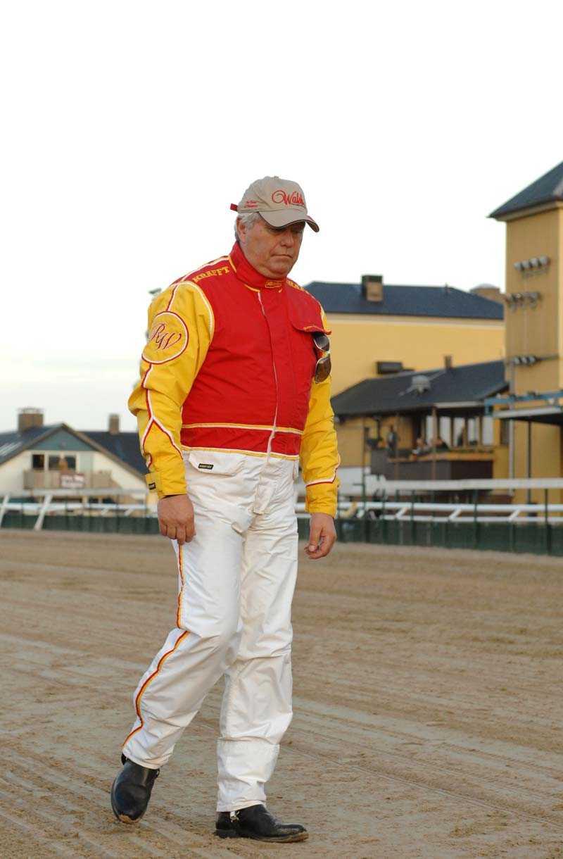 Deppigt Roger Walmann har sjuka hästar i sitt stall och tvingas stryka alla startaktuella hästar.