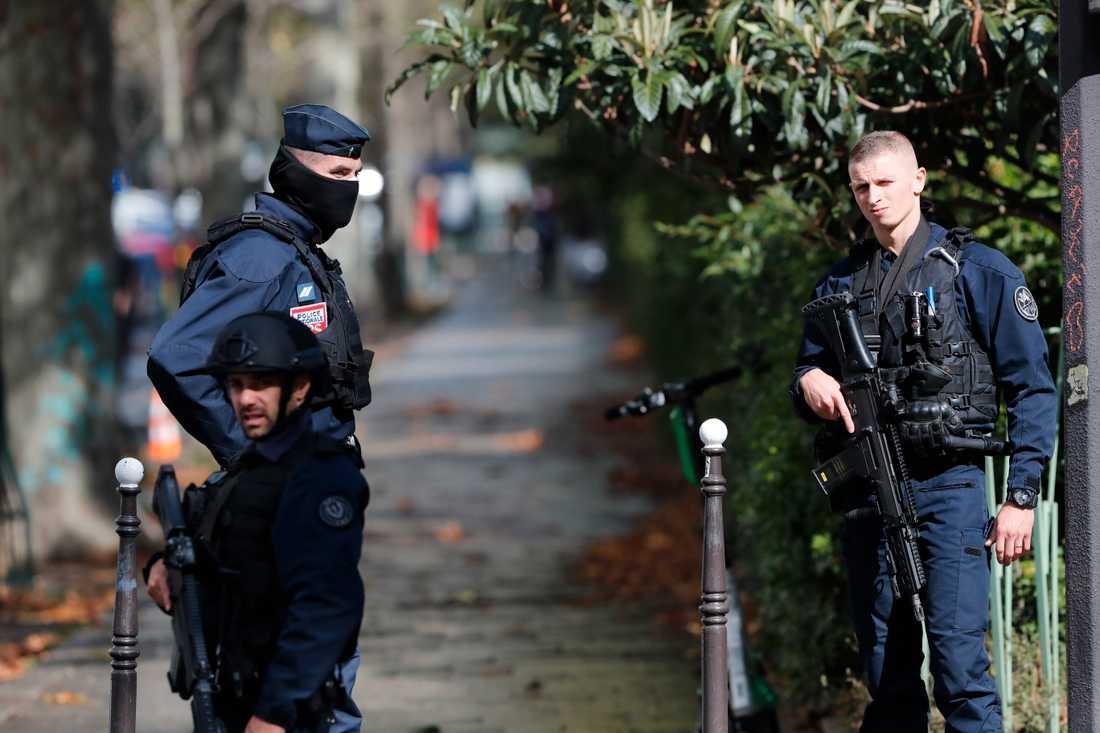 Franska poliser efter en attack mot två journalister utanför tidskriften Charlie Hebdos tidigare lokaler i Paris den 25 september. Arkivbild.