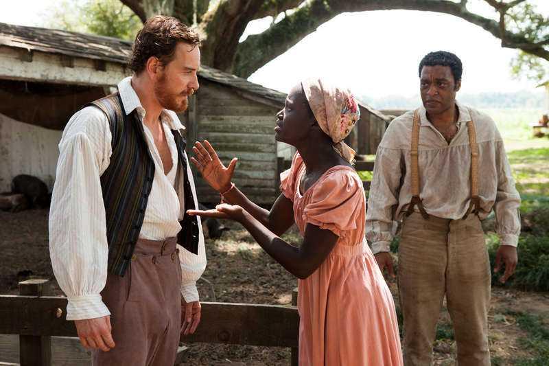 "Lupita Nyong'o i en dramatisk scen mot Michael Fassbender och Chiwetel Ejiofor i ""12 years a slave""."