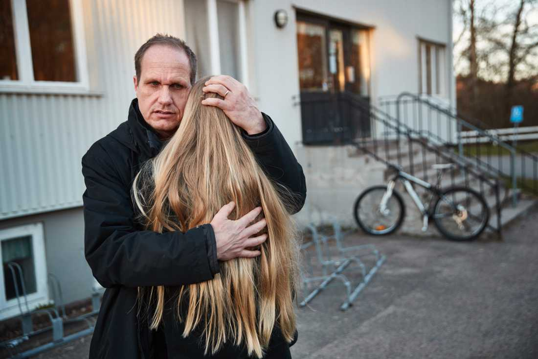 Stina Almqvist tröstas av pappa Fredrik.