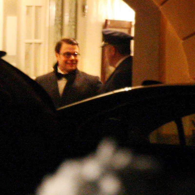 Här kommer Sveriges nye prins, Daniel Westling, ut från middagen.