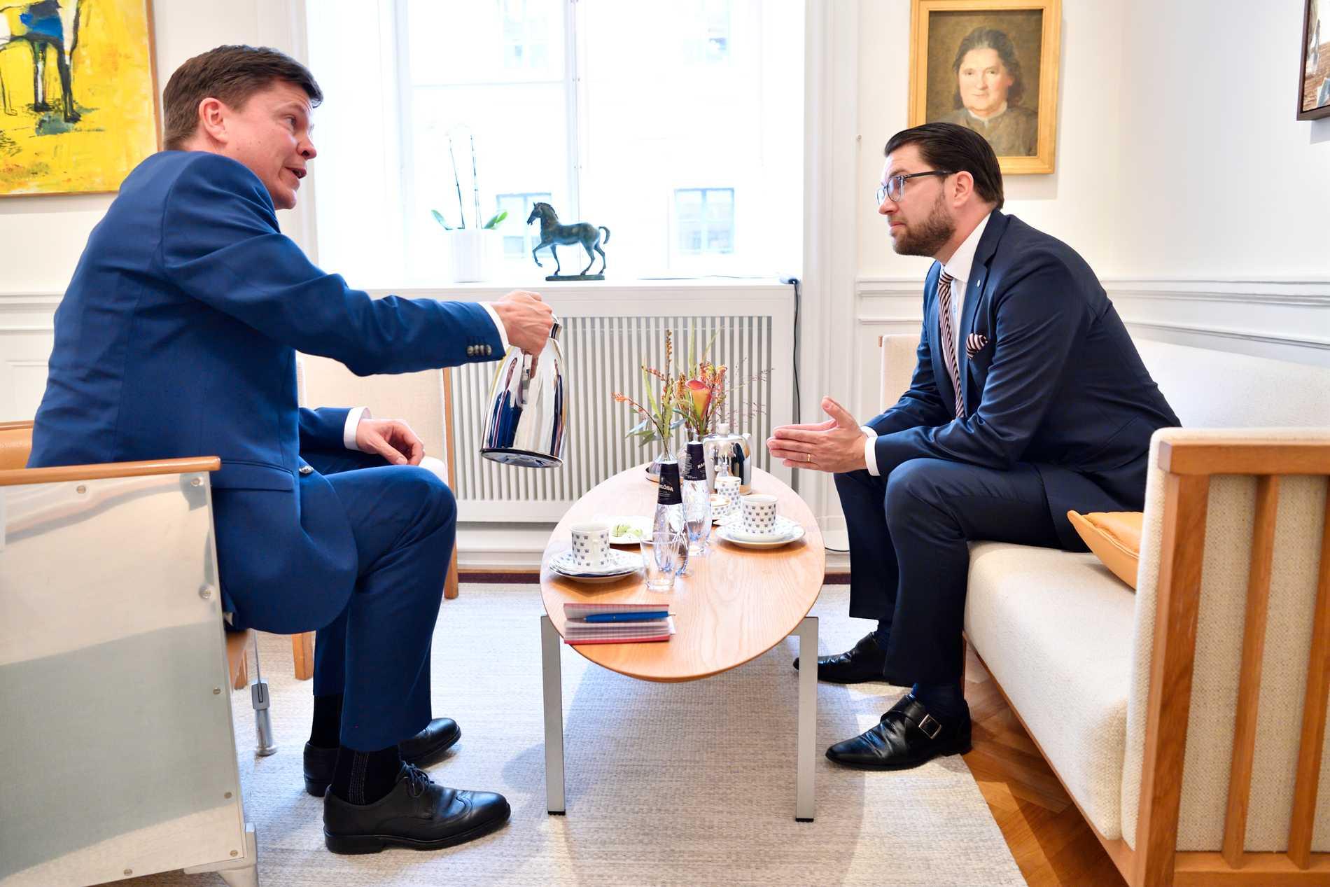 Jimmie Åkesson i samtal med talman Andreas Norlén.