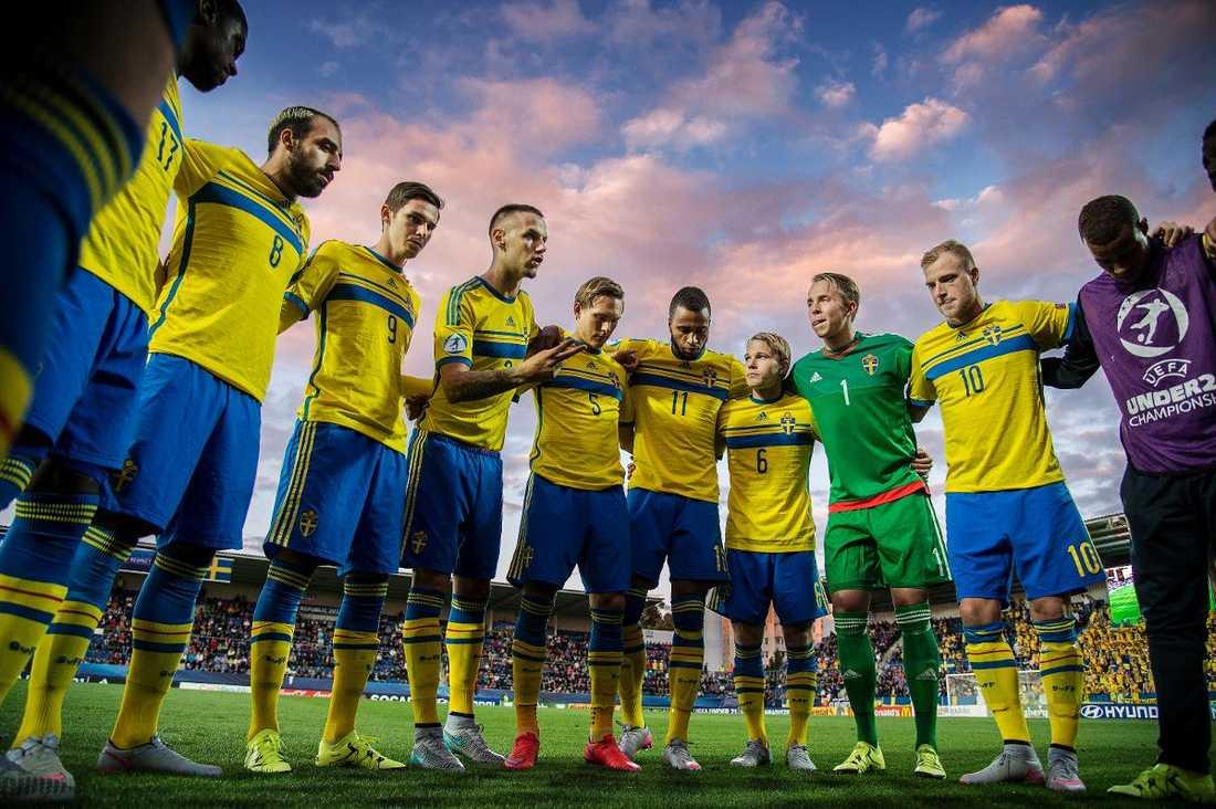 Det man inte har i huvudet... ...får man ha i benen. Sveriges U21-landslag bryr sig dock inte om det talesättet. De blågula spelarna har tagit sig till semifinal i Tjeckien genom en orubblig mentalitet att de inte kan förlora i kombination med stenhårt slit i 90 minuter – i alla matcher.