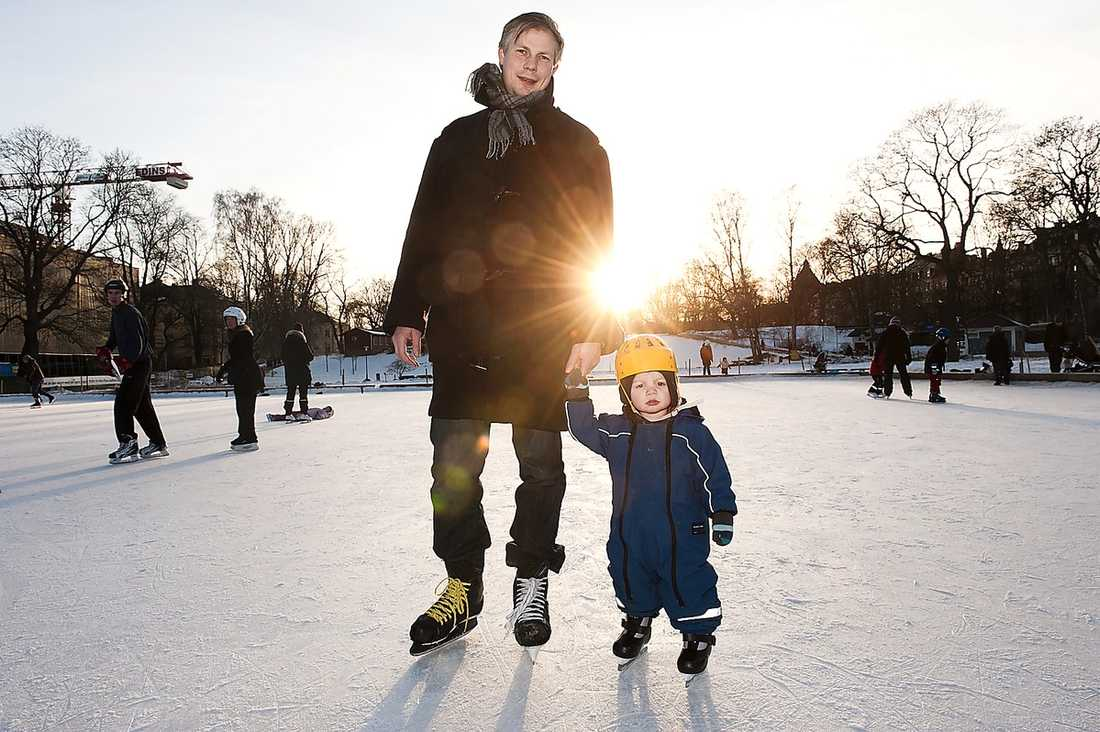 Dan Nyberg, 39, ekonom, har två barn. Här med sonen Niklas, 1,5: – Nej, vi har inga sådana problem. Min fru jobbar inte just nu, så vi hämtar tidigast av alla. Annars skulle vi nog känna press.