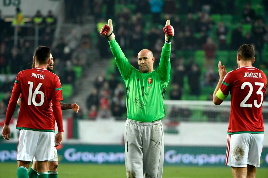 Gábor Király tackar publiken för allt stöd när han lämnar planen under sin sista landskamp, mot Sverige i Budapest 2016.