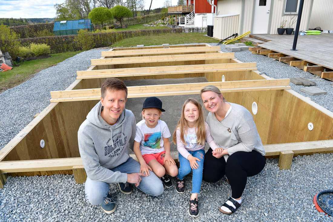 Nina Kippola och Joakim Segerstedt tillsammans med barnen Lovisa och Liam bygger just nu en utomhuspool på tomten i Enhörna utanför Södertälje. Man beräknar att ta premiärdoppet runt midsommar.