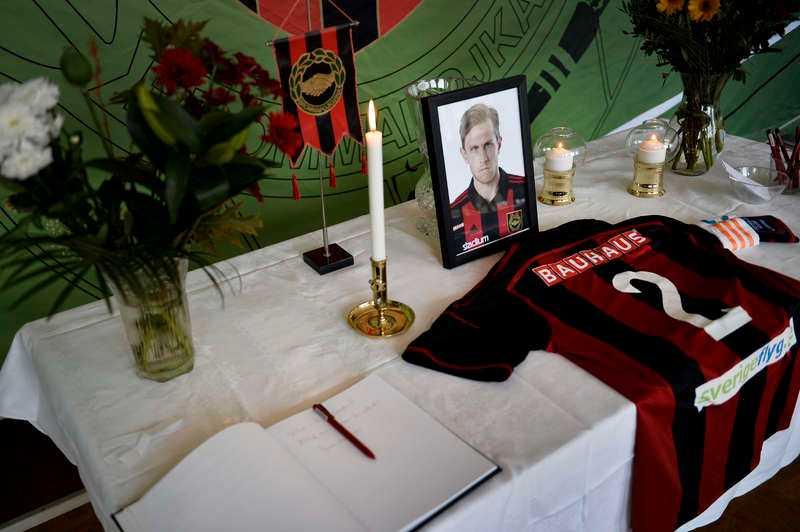 I dag begravdes Pontus Segerström i Bromma kyrka. Bilden är från ett tidigare tillfälle när BP-kaptenen hedrades på Grimsta.