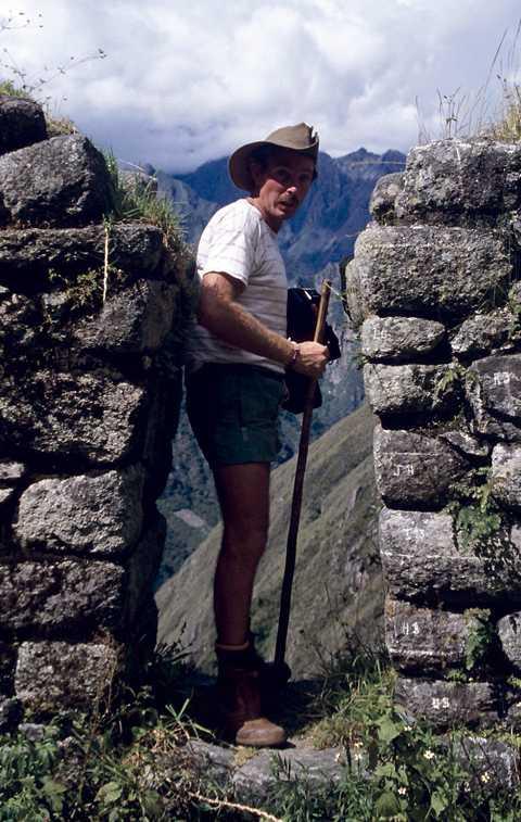 LEDAR-DAVEY Med erfarenheter från Australiens bush var Davey den givne ledaren på leden. På låglandet röjde han flera gånger bort giftiga ormar från stigen.