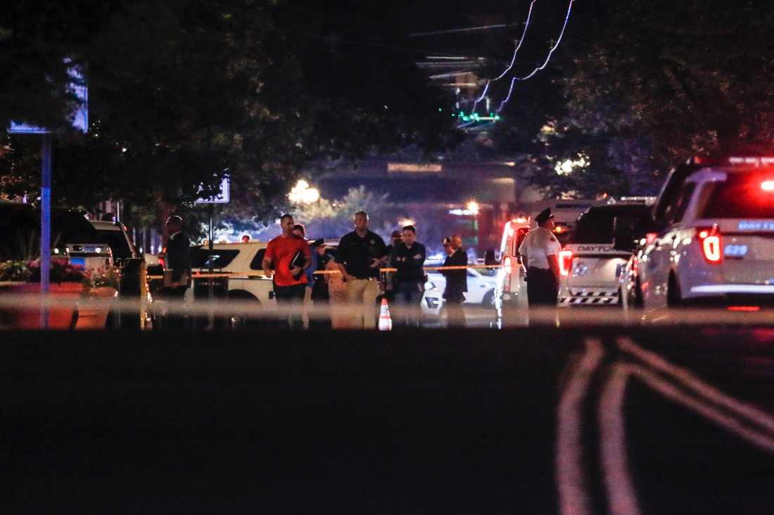 Polisen arbetar vid brottsplatsen efter skjutningen mot en bar i Dayton, i Ohio.