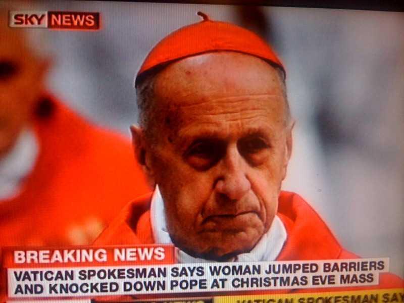 Kardinalen Roger Etchegaray fick föras till sjukhus efter att även han knuffats omkull av kvinnan.