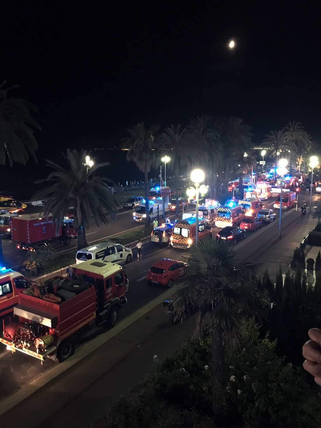 Efter attacken samlades ett stort räddningspådrag på Promenade des Anglais för att våra skadade och ta hand om döda.