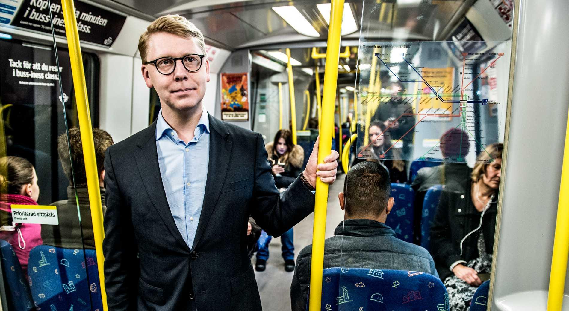 """En busschaufför blev smygfotad när han bad på sin rast. Trafiklandstingsrådet i Stockholm, Kristoffer Tamsons (M), krävde genast en utredning av chaufförens agerande, som han kallade """"helt uppåt väggarna""""."""