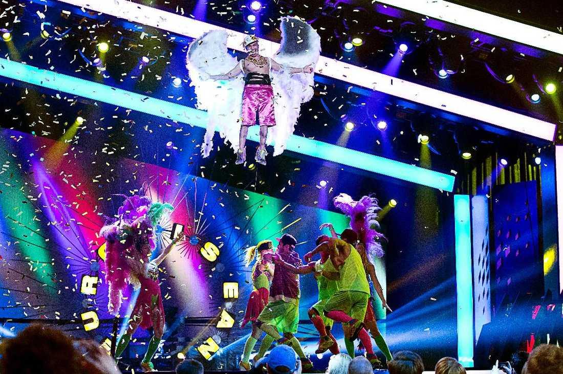"""SEAN GÅR BANANAS Här lyfter Sean Banan till nya höjder i sitt nummer """"Copacabanana"""". Han har även struntat i reglerna som säger att man max får ha åtta personer på schlagerscenen. Något som upprör SVT."""