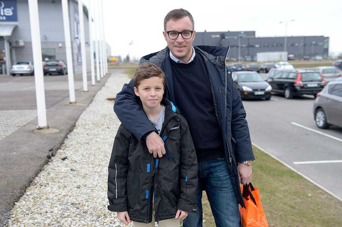 """Malmö räknar med 3000 nya elever bara i år. Men piloten Mattias Kozina, 41, och sonen Filip, 12, har ännu inte märkt så mycket av detta i sin egen vardag. """"Vi har fått två nya elever"""", säger Filip och Mattias fyller i: """"Det har nog varit en större belastning på andra skolor än där mina barn går. Jag tycker det är bra att vi hjälper människor, men samtidigt är det oroande. Jag är av principen att man ska hjälpa till men ibland kan man inte låta bli att undra hur vi ska klara detta. Nu handlar det ju om volymer som vi aldrig har sett i Sverige förut"""", säger Mattias."""