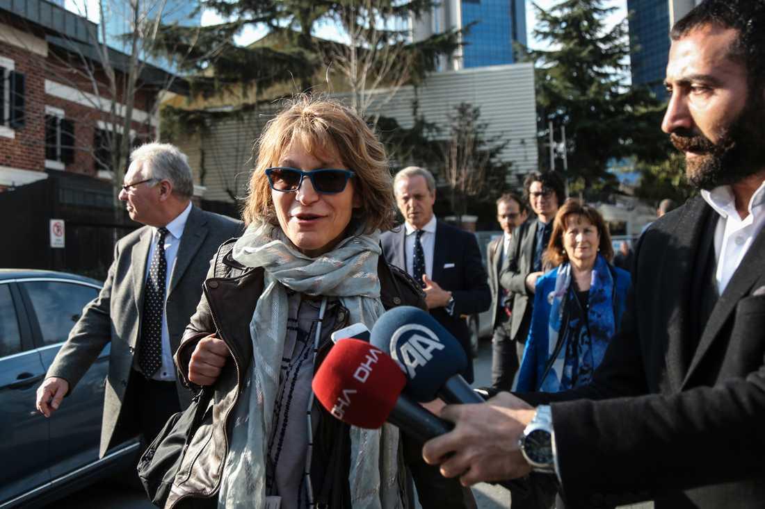 FN-utredaren Agnès Callamard i närheten av det saudiska konsulatet i Istanbul.