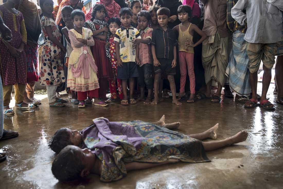 Död och sjukdom. Kring 500 000 rohingyer har drivits ur Burma den senaste månaden. Fler väntas komma till flyktinglägren i Bangladesh.