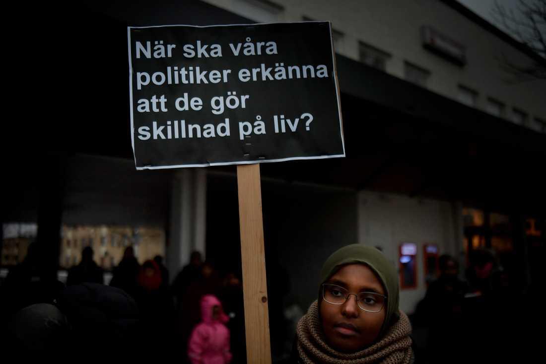 Flera hundra människor samlades på Rinkeby torg för att protestera mot våldet.