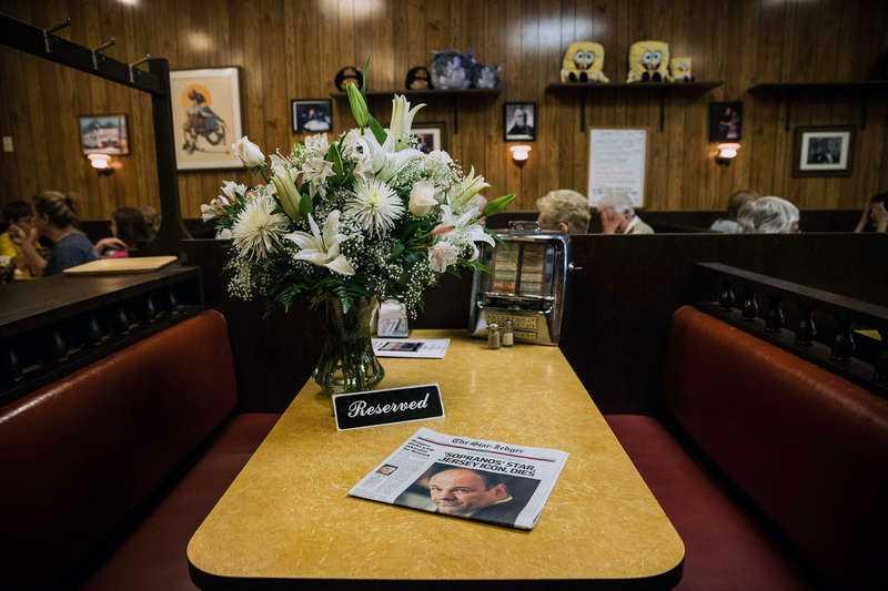 """Som en hyllning till Gandolfini placerades i går blommor och en """"reserverat""""-skylt på det berömda kafébord i New Jersey där sista scenen i """"Sopranos"""" spelades in."""