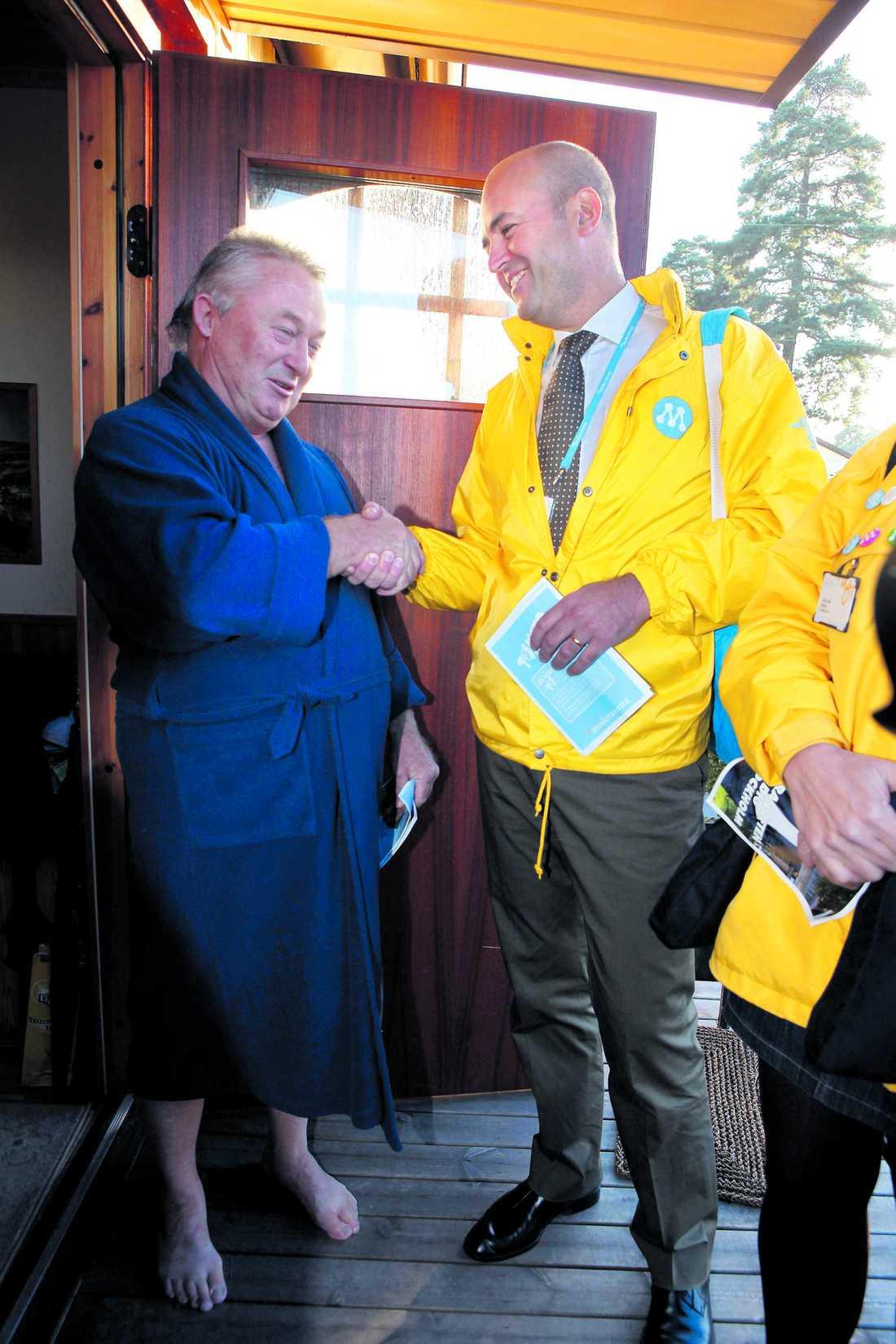 """OVÄNTAT BESÖK Lennart Bjertsjö pratar i telefon när statsministern plötsligt knackar på huset i Gubbängen, i södra Stockholm. """"Du, jag måste lägga på nu. Reinfeldt är här""""."""