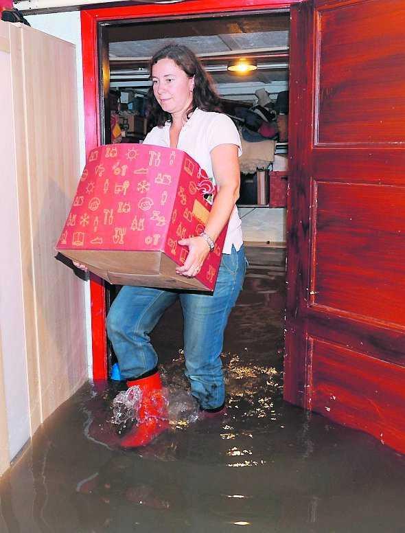 Drabbad villa Sofia Hernqvist i Åkarp var en av de många villaägare som försökte rädda värdefulla saker från den översvämmade källaren.