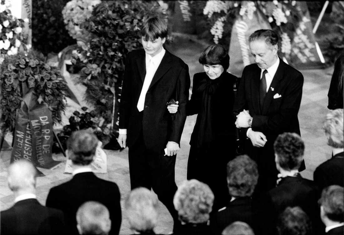 Olof Palmes begravningsceremoni i stadshuset i stockholm. Lisbet Palme tillsammans med Sten Andersson och yngste sonen Mattias Palme.