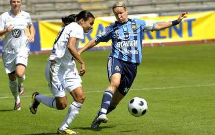 Djurgårdens Victoria Svensson (till höger) i duell med Umeås Marta. Matchen slutade 2–2.