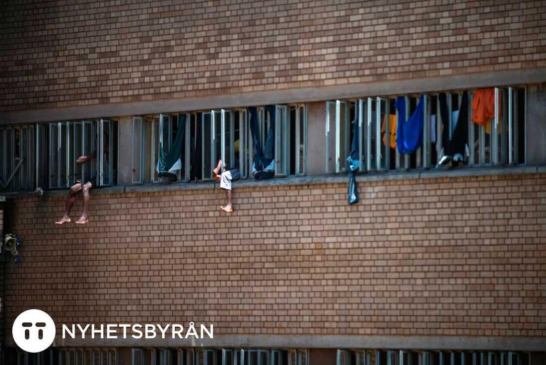Andra interner vilar i fönstren på fängelset Kgosi Mampuru II.