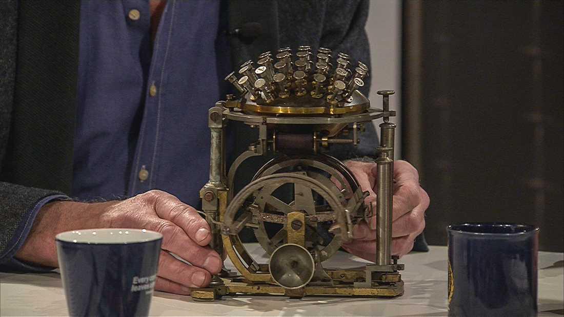"""Rasmus Malling-Hansens skrivkula är världens första serietillverkade skrivmaskin. Exemplaret i """"Veckans brott""""-studion värderas till en miljon kronor."""
